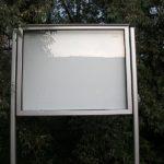 prosklená-vitrína-se-stojanem